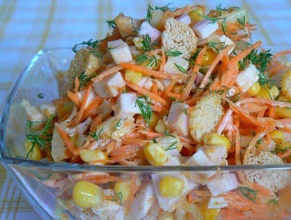 Салат с копченой курицей и фасолью кукурузой и сухариками рецепт